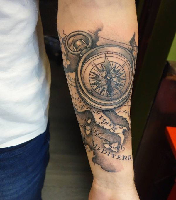 Тату компас и карта на предплечье