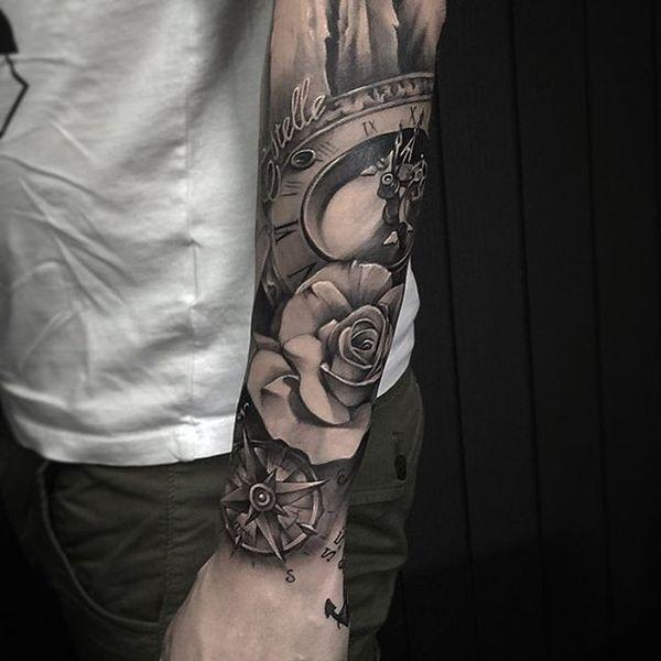 Высоко детализированная татуировка компаса и часов на рукаве для безумно влюбленных
