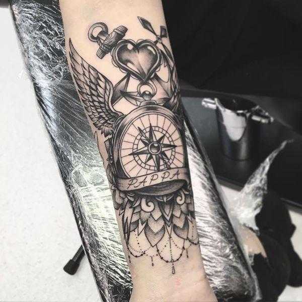 Тату компас на руке на плече