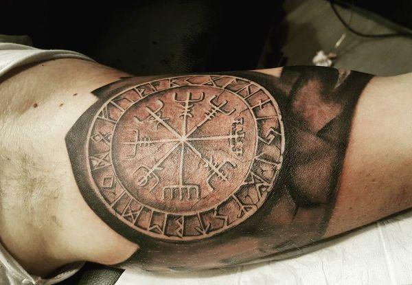 Тату кельтский рунический компас на рукаве