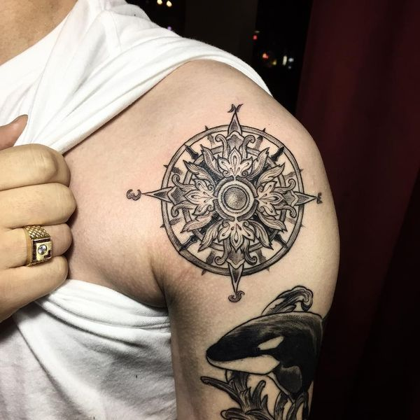 Тату компас черный орнамент на рукаве