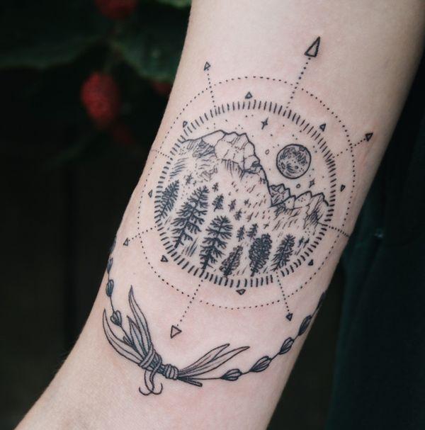 Тату компас на руке - красивый пейзаж