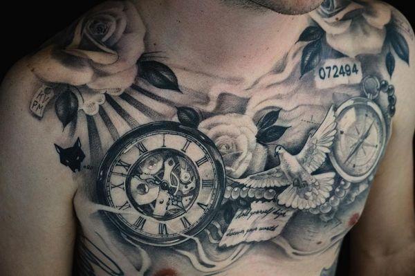 Отличительная татуировка компаса, часов и голубя на груди