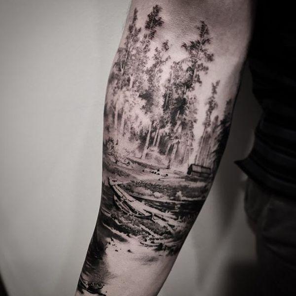 Черно-серая татуировка леса, покрывающая предплечье.