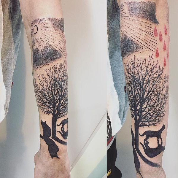 Татуировка черного дерева с красными каплями.
