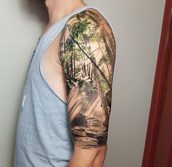 Красочная реалистичная татуировка дерева.