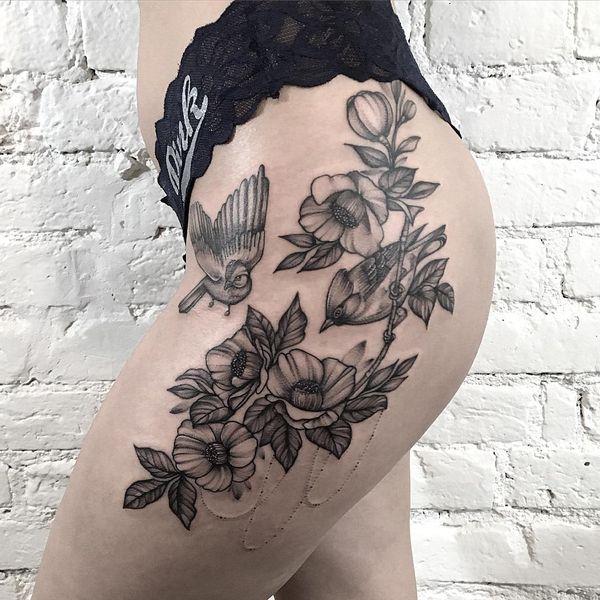 Идеальная татуировка ветка яблони на бедре.