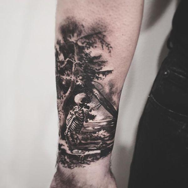 Скелет с татуировкой дерева для мальчика на рукаве.