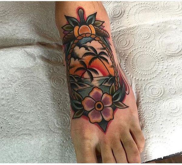 Традиционная татуировка пальмы на ступне.