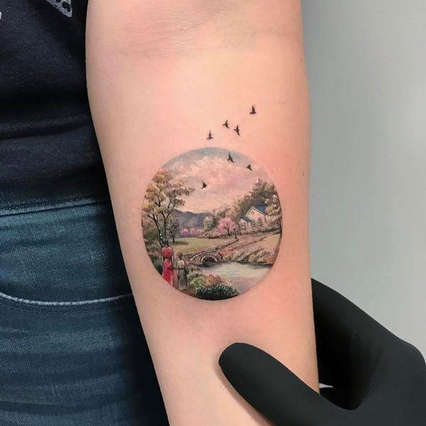 Тату дерево и птица в красочном круге.