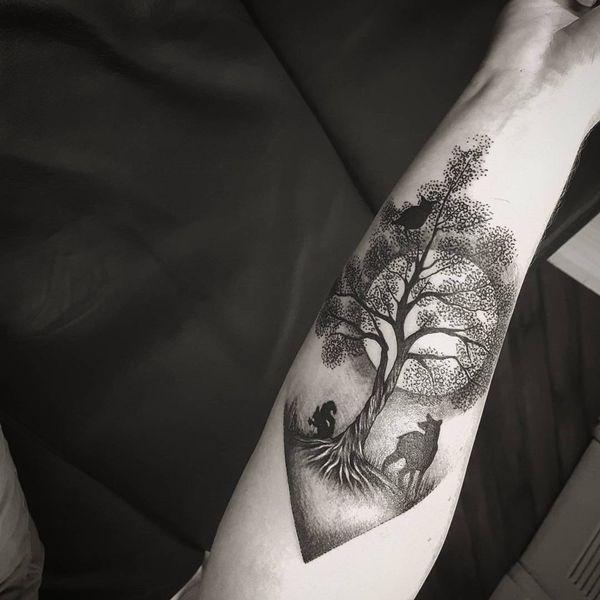 Тату дерево и луна с животными на предплечье.