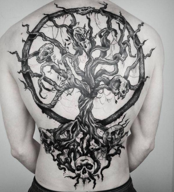 Татуировка в виде дерева с черепами, полностью прикрывающими спину.