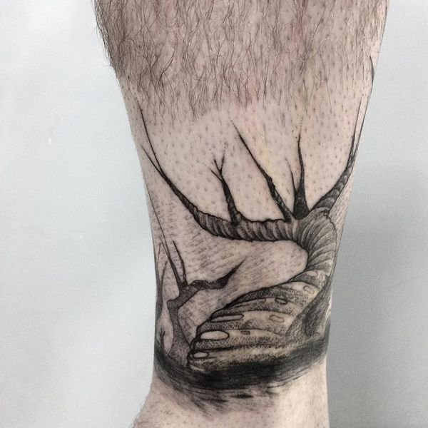 Необычная татуировка жуткого дерева на щиколотке.