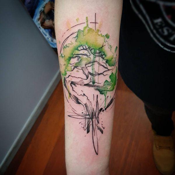 Акварельная татуировка дерева бонсай на предплечье.