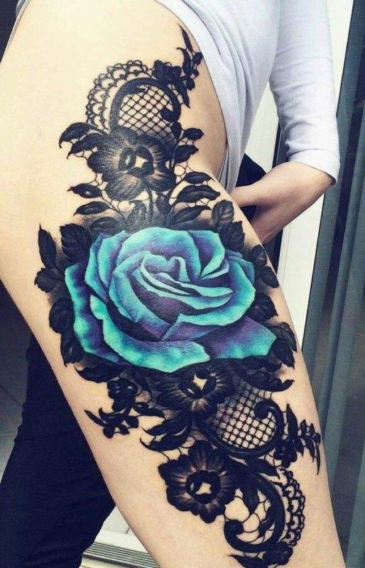 Синяя роза на бедре