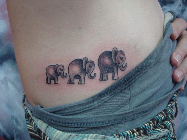 Татуировка на теле: семейные узы трех слонов