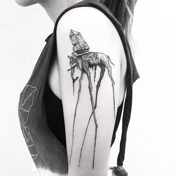 Абстрактная татуировка слона на полу рукава Сальвадора Дали