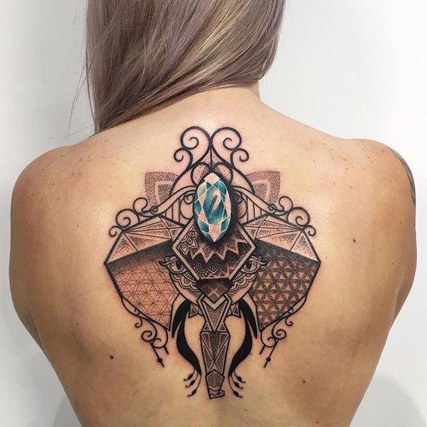 Татуировка абстрактного слона на спине в линии и точка работы