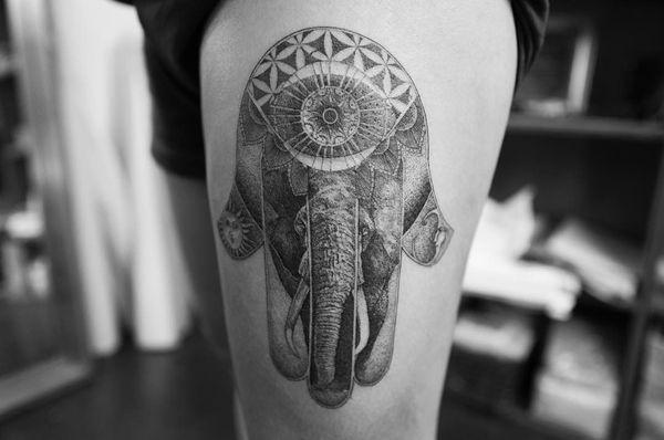 Красивое тату хной на бедре слона