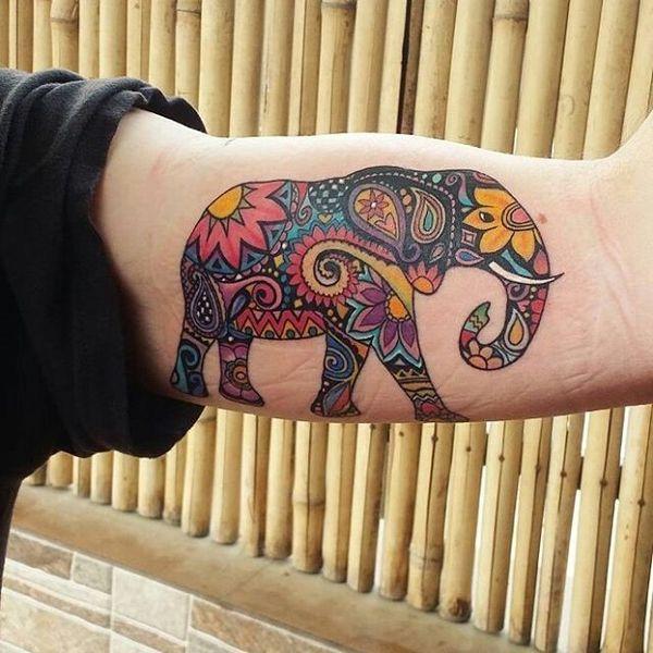 Красочная татуировка африканского слона на бицепсе