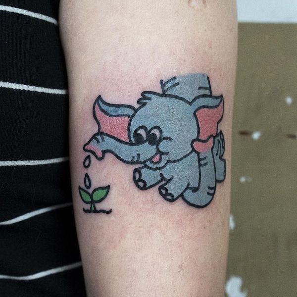 Тату слоненок висит на хоботе матери на руке