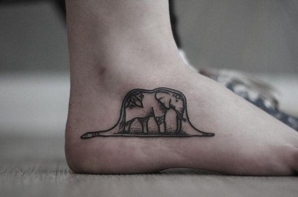 Слона Экзупери «Маленький принц» проглотила вытатуированная на ноге змея