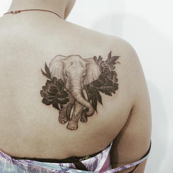 Тату слон с цветами на спине для женщин