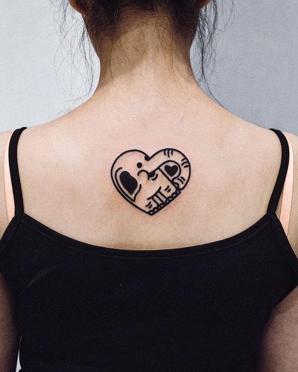 Татуировка слона на спине в форме сердца