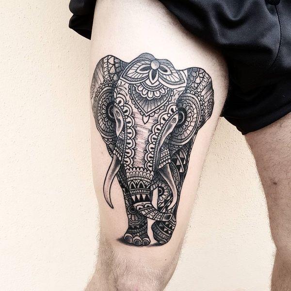Тату слон на бедре в индуистском стиле