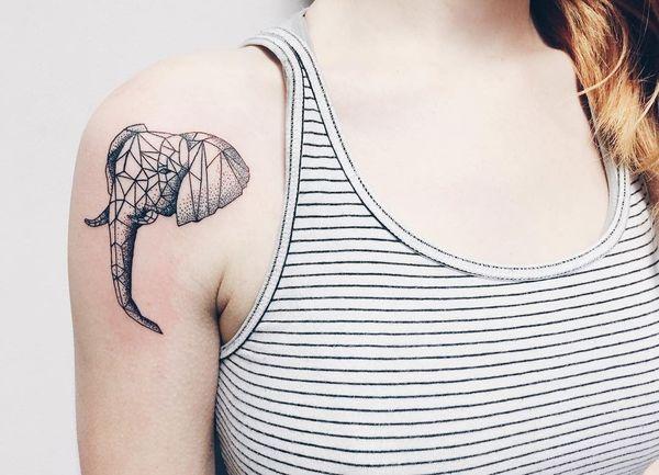 Интересный геометрический дизайн для тату головы слона на плече