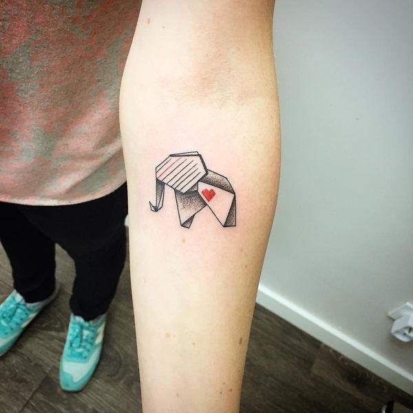 Оригинальное тату слона из бумаги с милым сердечком на руке