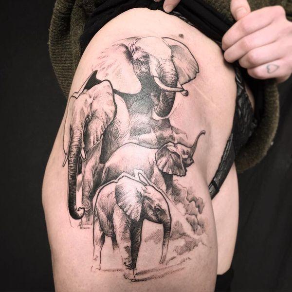 Реалистичная татуировка в виде слона на бедре
