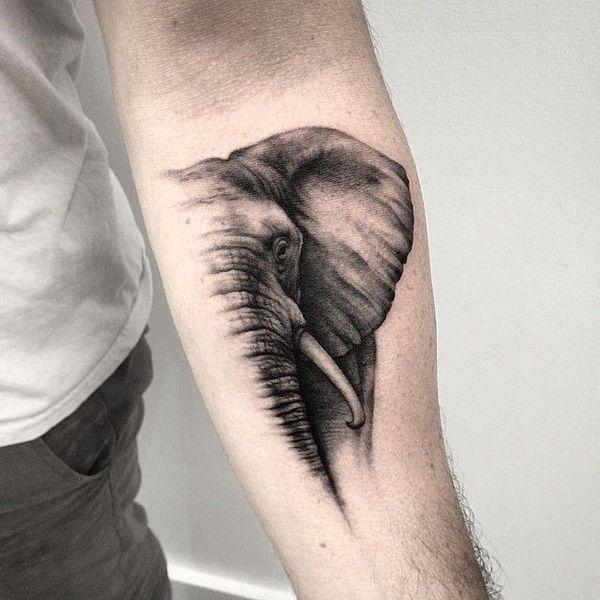 Реалистичная татуировка головы слона на руке
