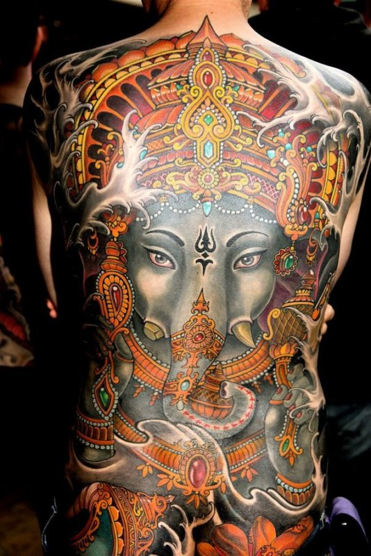 Религиозные мотивы в большой татуировке бога-слона во всю спину