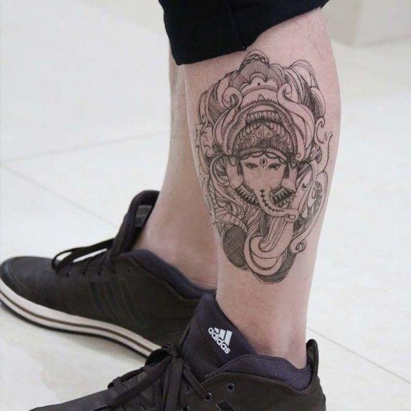 Религиозная тема в тату на ноге тайского слона