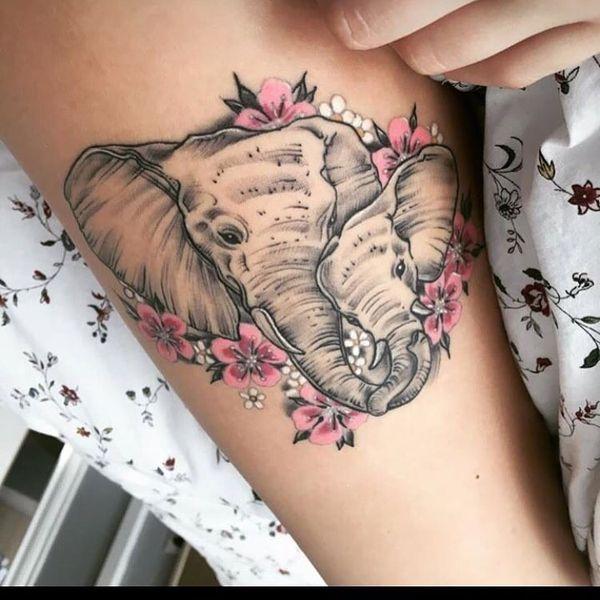Тату нежная нога с двумя слонами, украшенными цветами