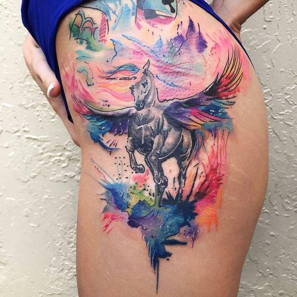Сказочная татуировка единорога на бедре