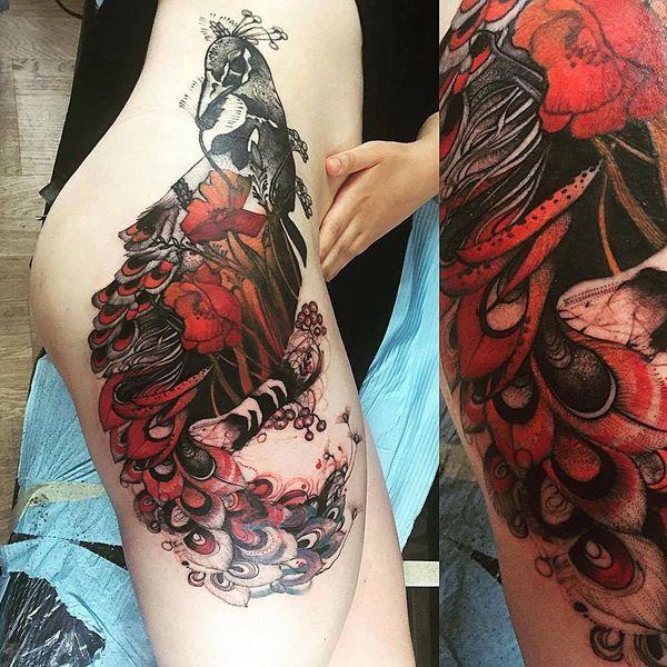 Идеальная татуировка на внешней стороне бедра