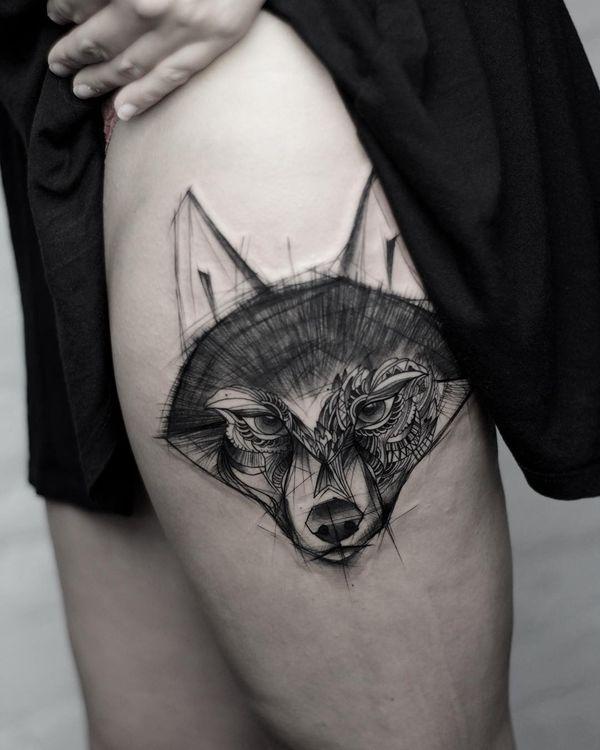 Симпатичный дизайн татуировки на бедре