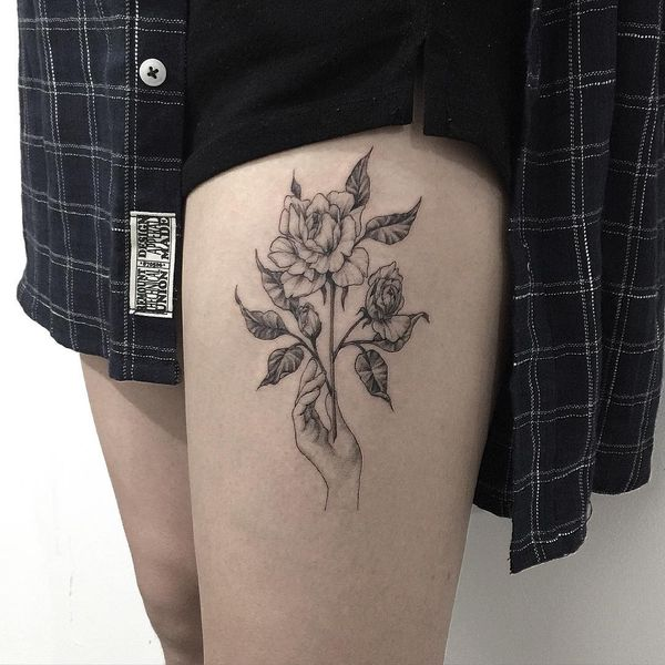 Тату роза в руке на бедре