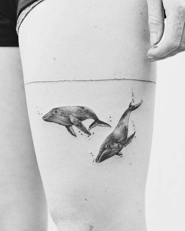Татуировка в виде повязки на бедре означает море