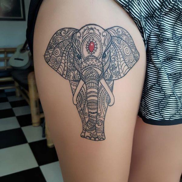 Традиционная татуировка слона мандалы на бедре