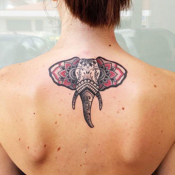 Уникальное женское африканское тату на спине слона с орнаментом