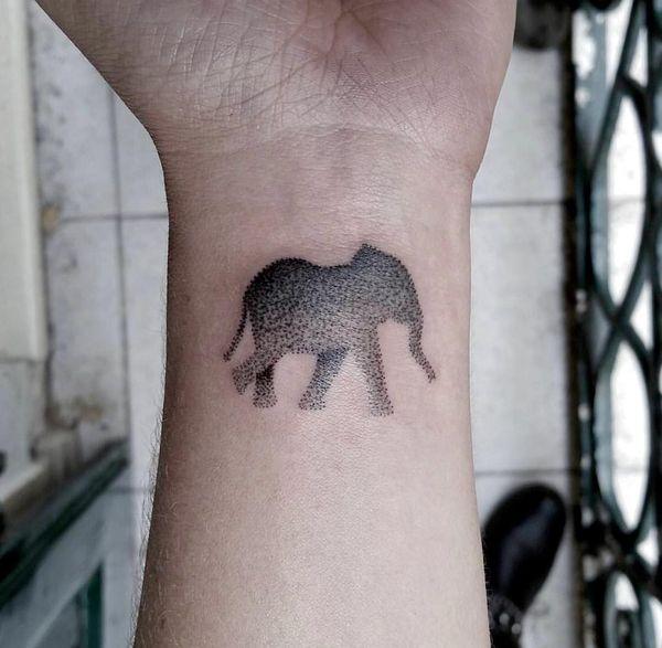 Татуировка силуэт идущего слона в дотворк на запястье