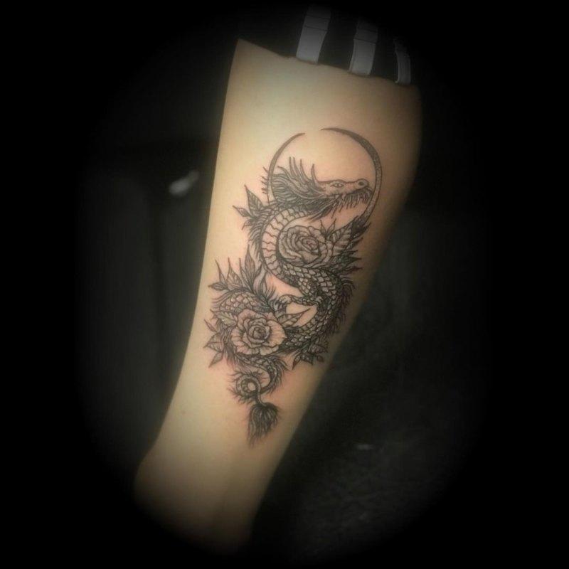 Татуировка дракон и луна на руке