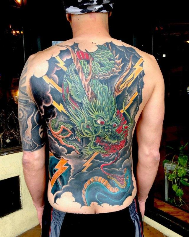 Татуировка дракон со змеёй на спине