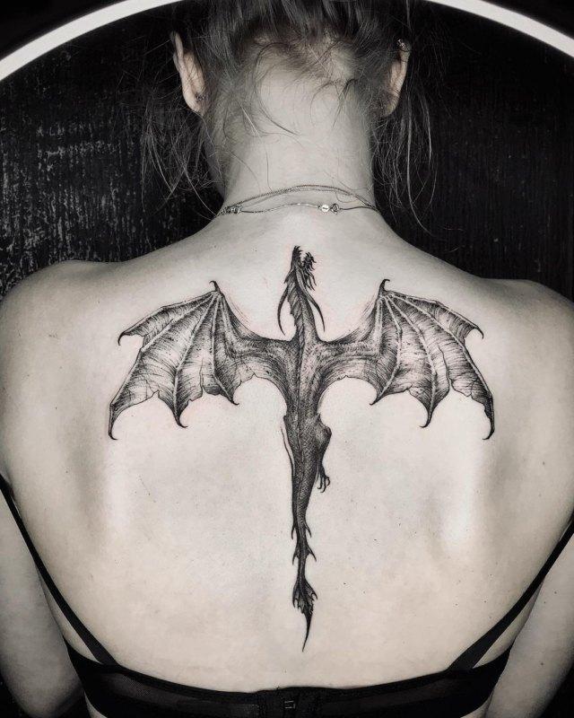 Татуировка дракона на спине у девушки