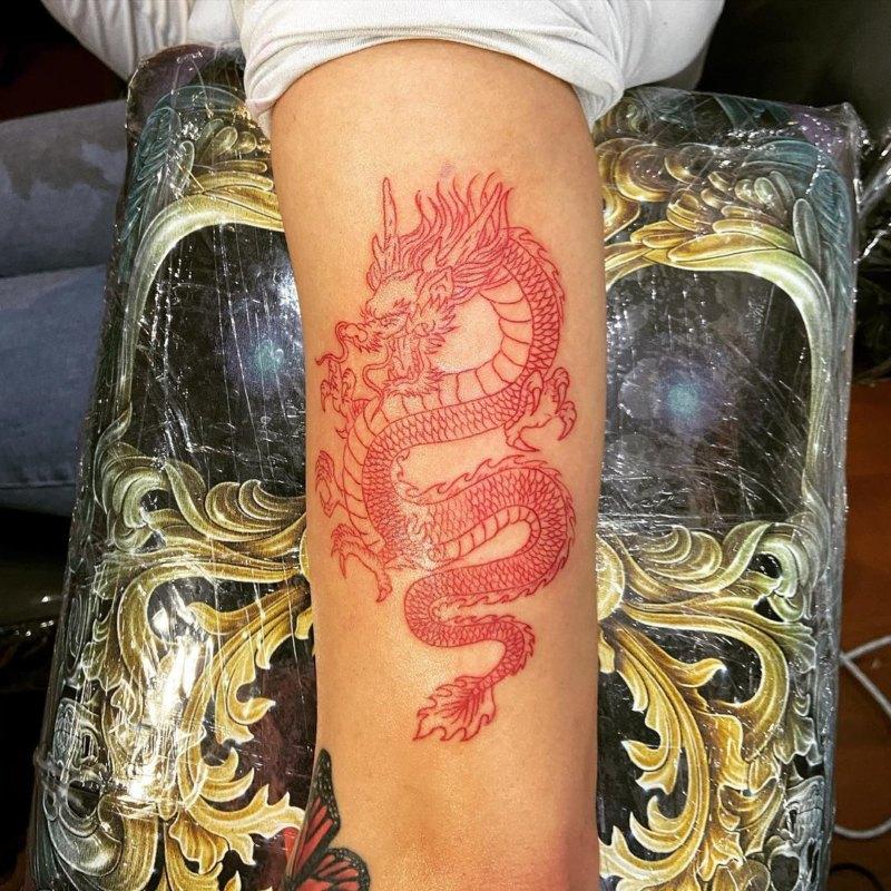 Татуировка красного дракона на руке