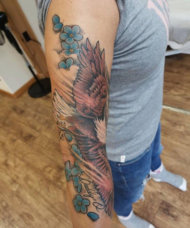 Летящий орел на руке