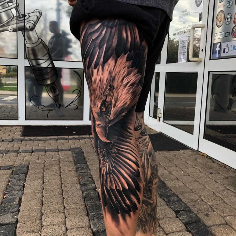 Тату парящий орел на ноге